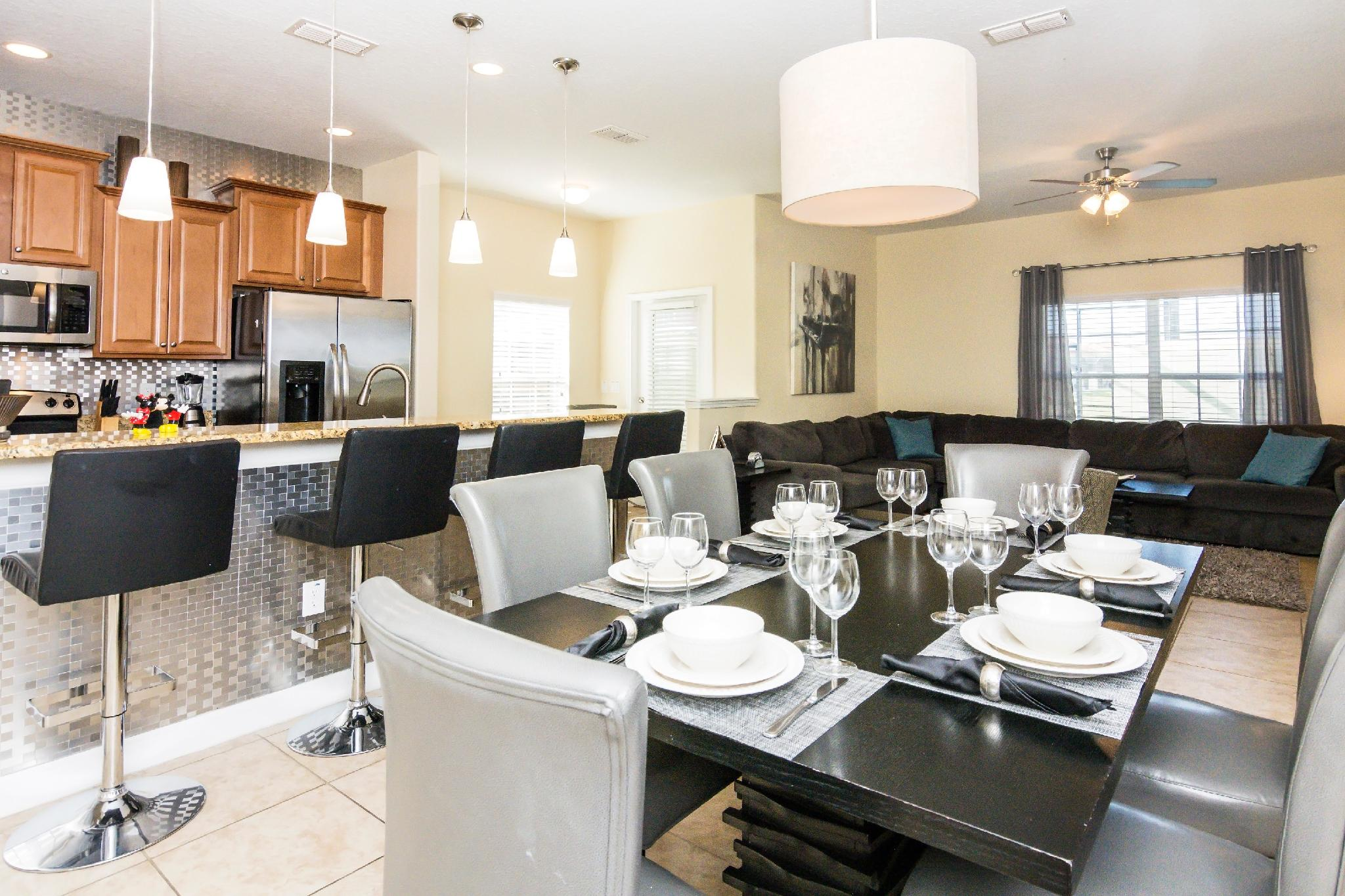 Beautiful 5 Bedroom w/ private pool in gated community