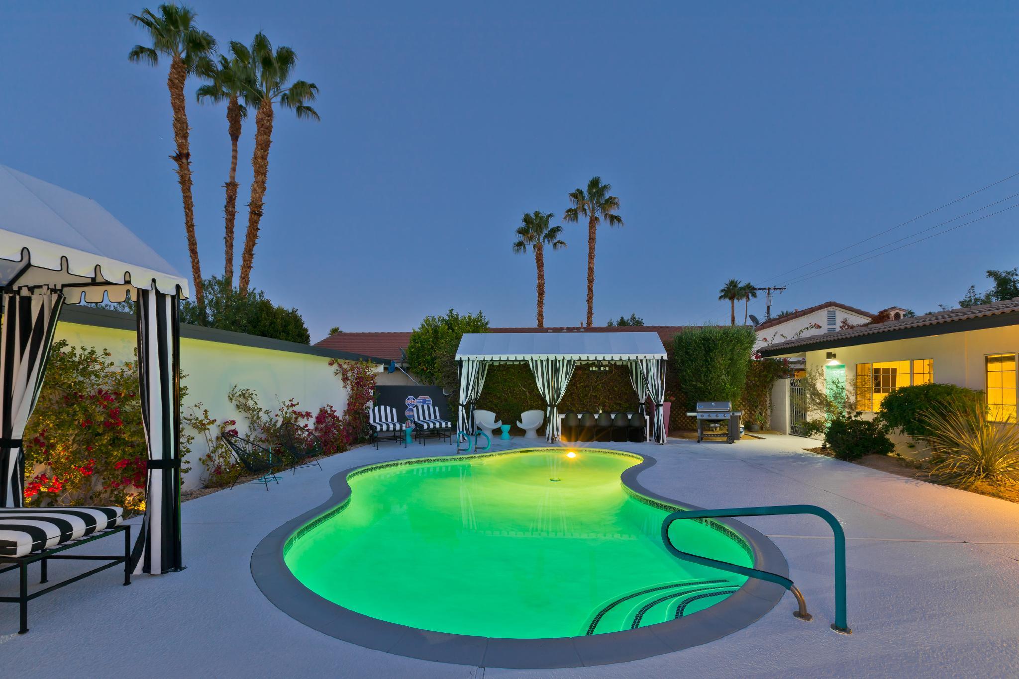 Luxury Private Resort - 1 Block to El Paseo! Sleeps 16!