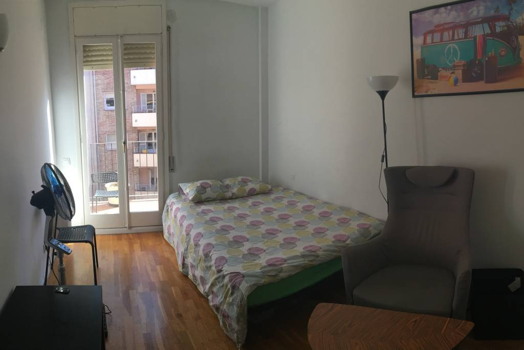 Large Double Room Near Arc de Triomf
