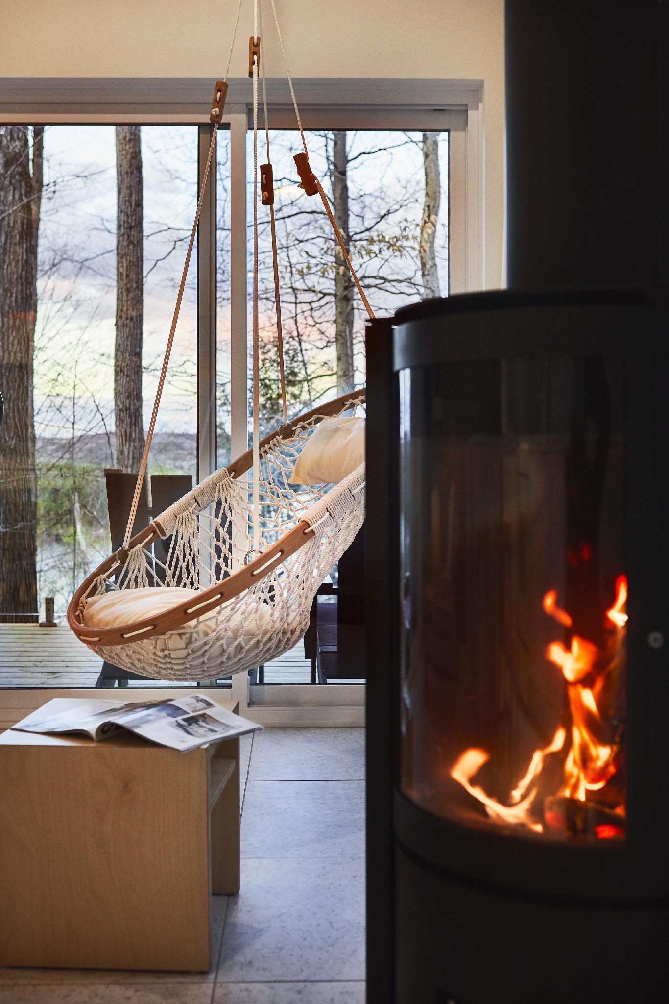 Chaise hamac avec poêle à bois pivotant (bois fourni sur demande - 15$)