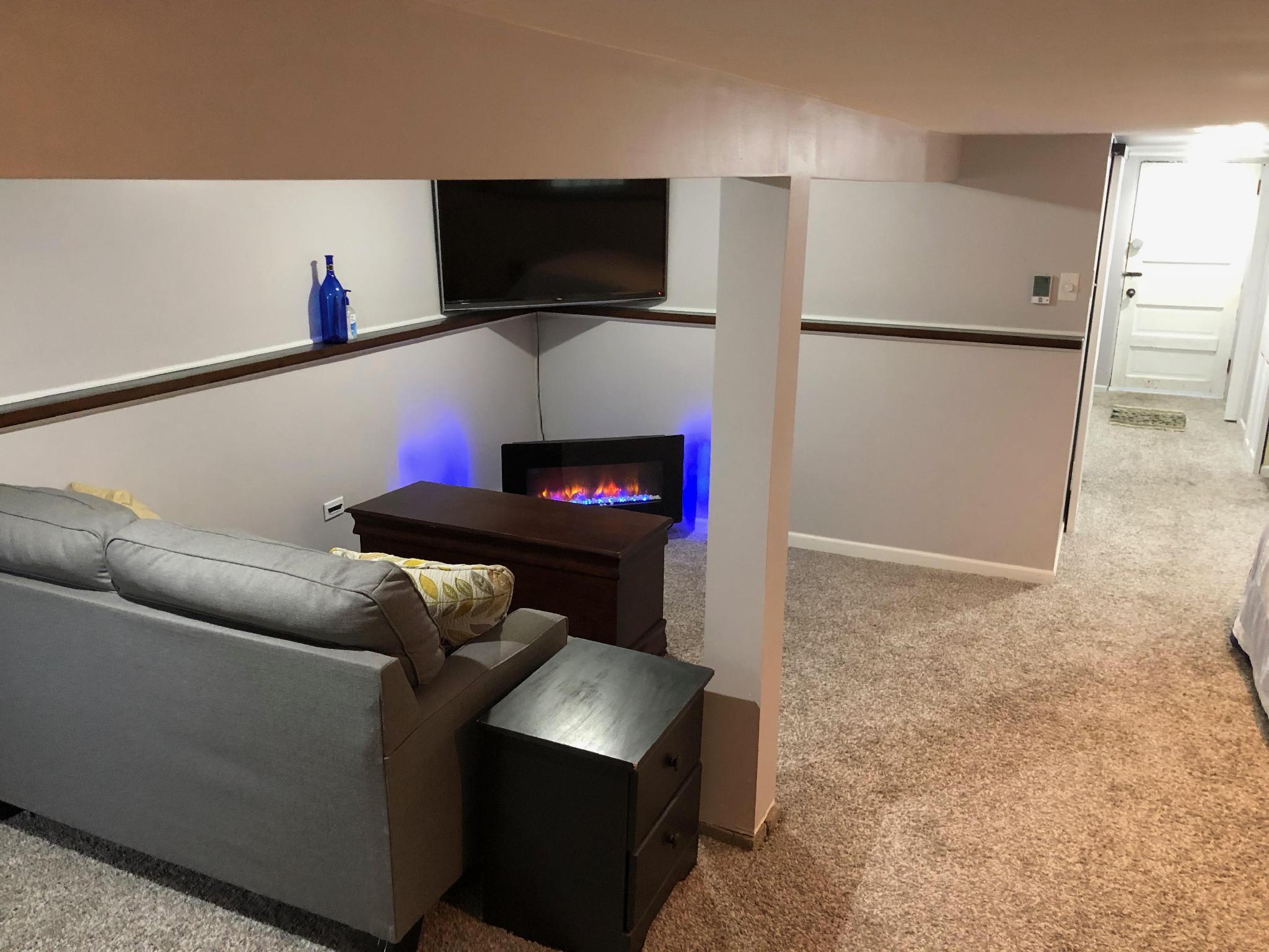 Cozy Clarendon Hills Garden Apartment