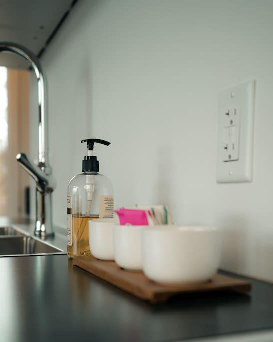 Savon à main et savon à vaisselle fournis