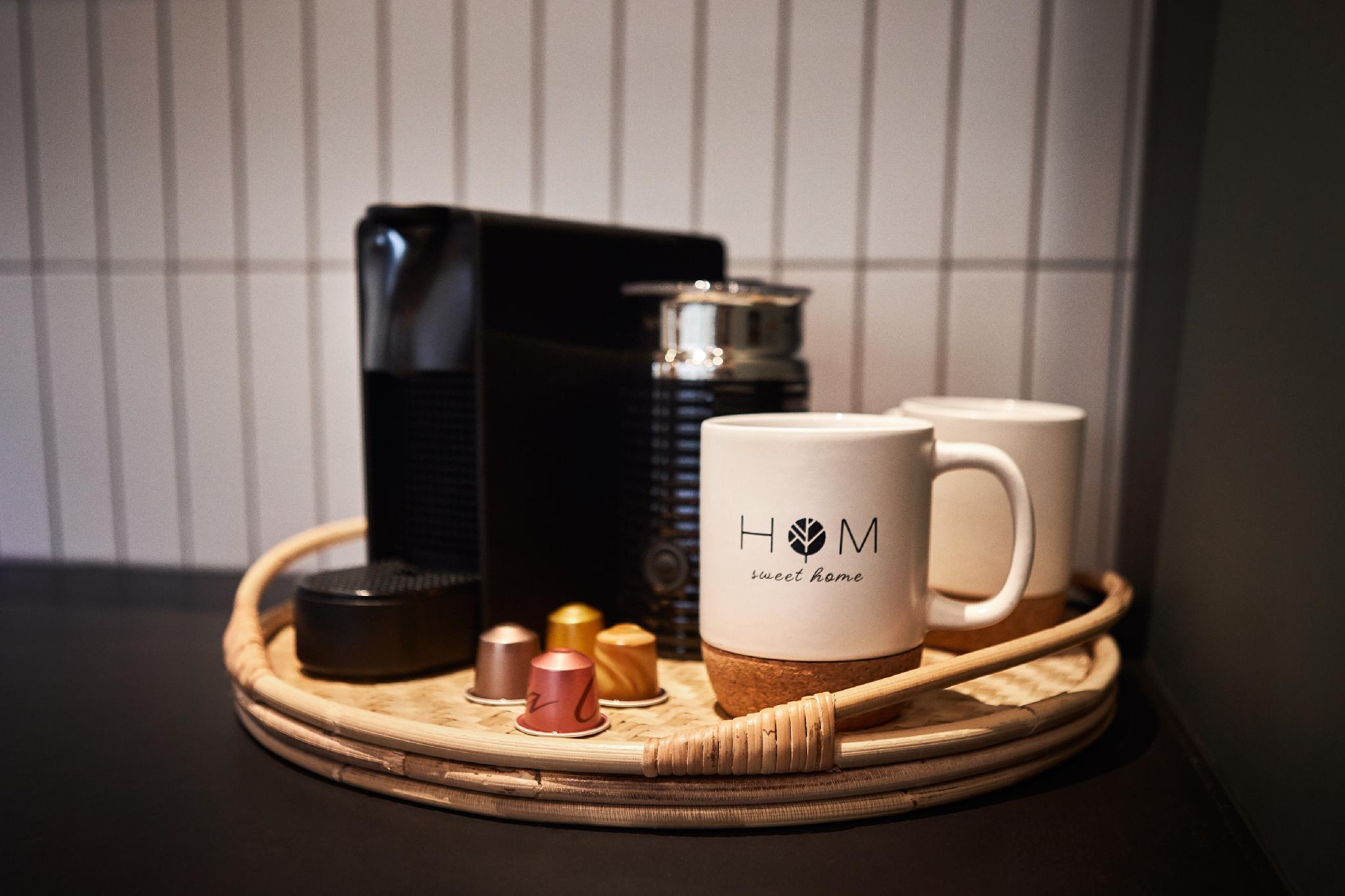Coin café. Machine Nespresso avec 4 capsules fournies