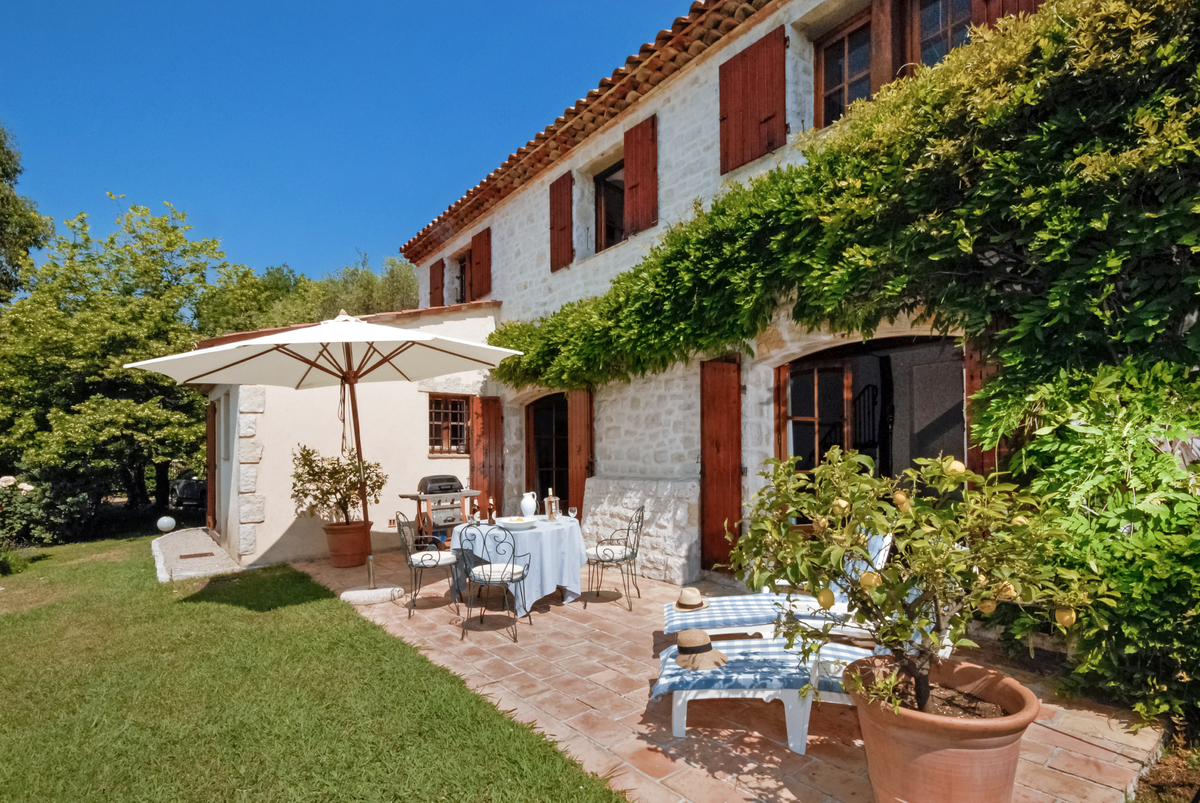 private villa near Valbonne with a friendly Terrace