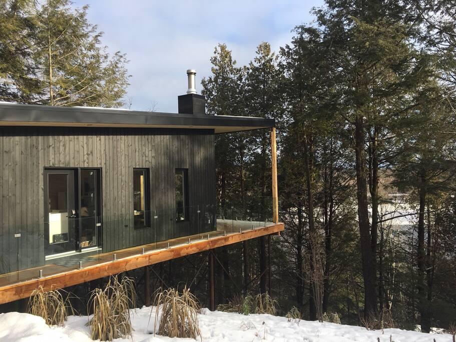 Chalet sur pieux donnant l'impression d'être dans une cabane dans les arbres!