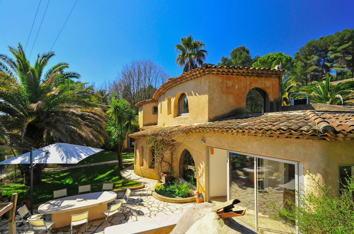 Cote d'Azur villa with pool near Valbonne