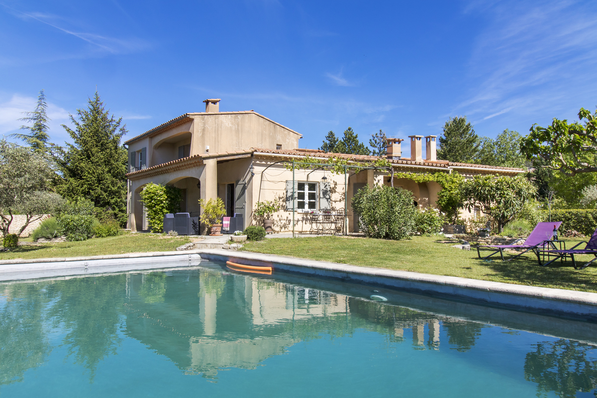 Charming villa with pool in a pretty garden