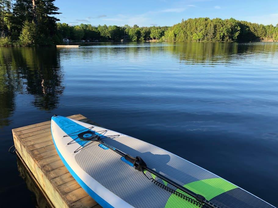 Nos clients ont accès gratuitement à deux planches à pagaie (paddle board) et des vestes de sauvetage (2).