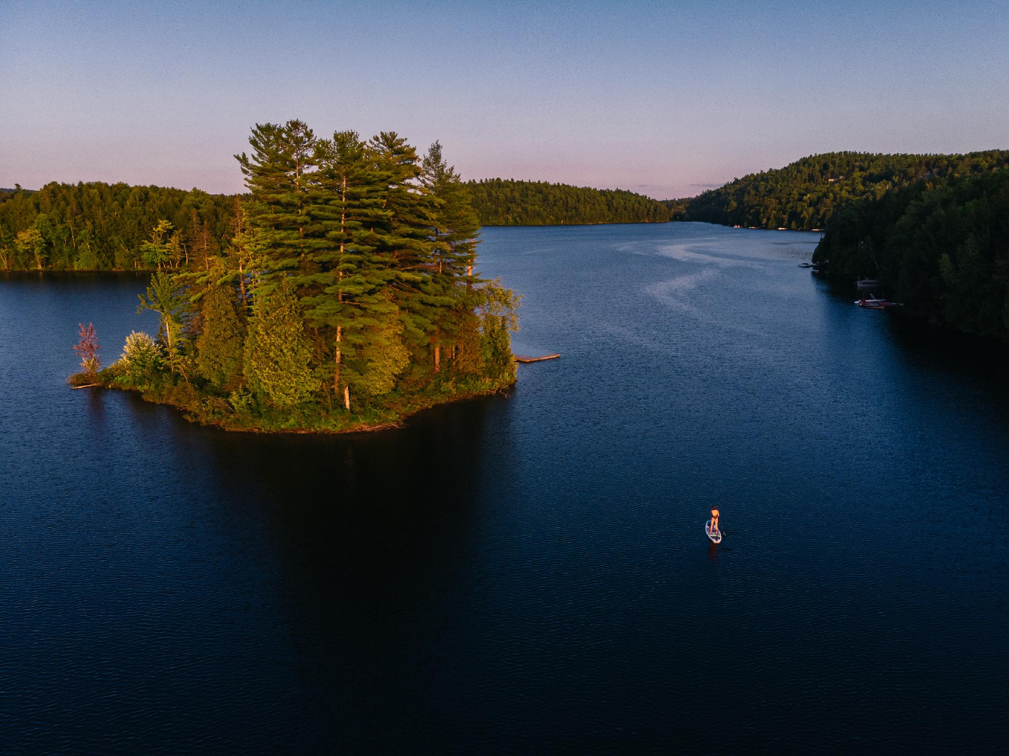 Planche à pagaie sur le lac McGregor. Six planches à pagaie fournies gratuitement pour nos clients. Équipement partagé