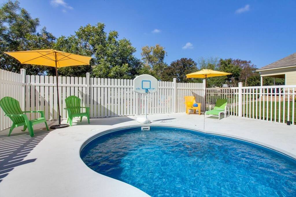 Hot tub, pool, sleeps 12,  bachelorettes welcome!