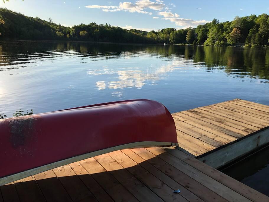 Le quai! La qualité de l'eau est impeccable et le lac est très agréable pour la baignade en période estivale. Nos clients ont accès à un canot et à deux planches à pagaie (paddle board).