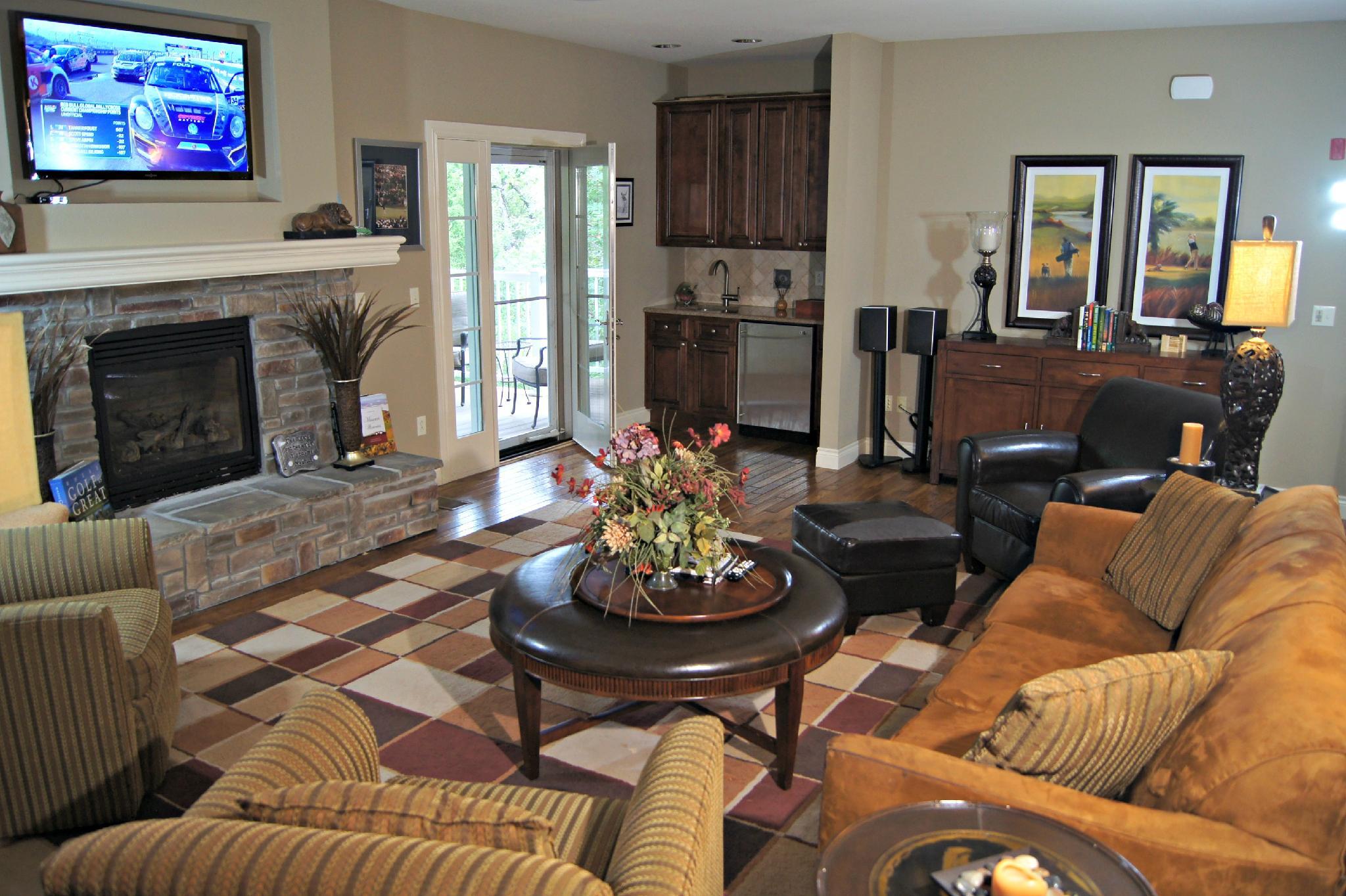 Walk in,  2600 sq ft Private Villa. Huge Deck, 5 TV's , WIFI, Pool, Tennis : BH Villa 120