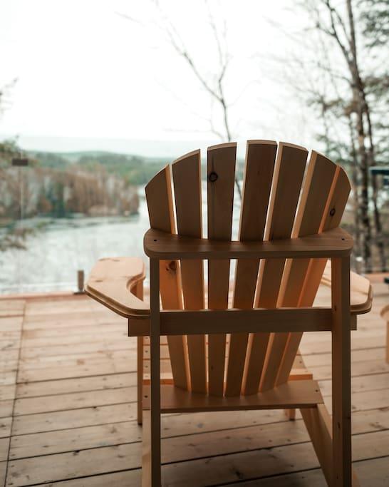 Vue du lac et chaise Adirondack = Repos!
