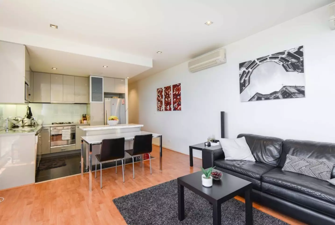 *CORNER VIEW* 1BR 1BTH Lux in Heart of Melbourne!