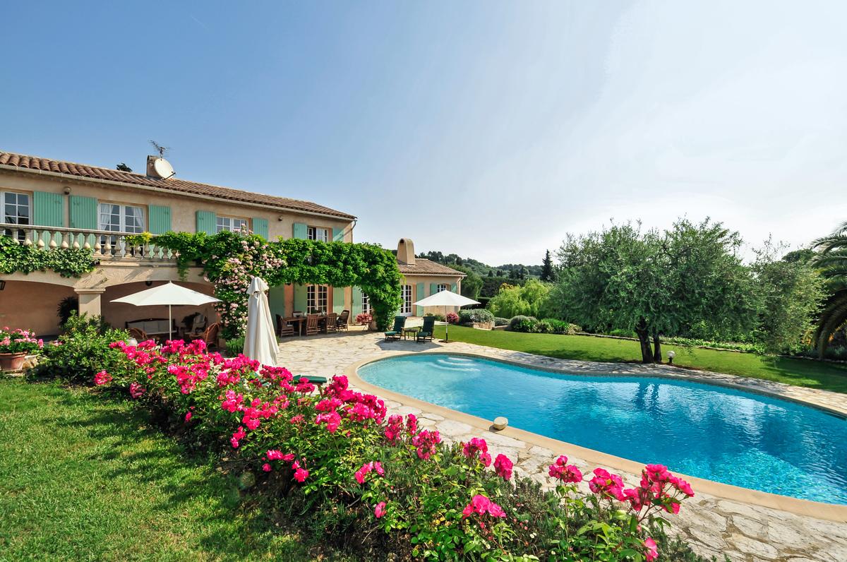 Elegant family villa near Valbonne