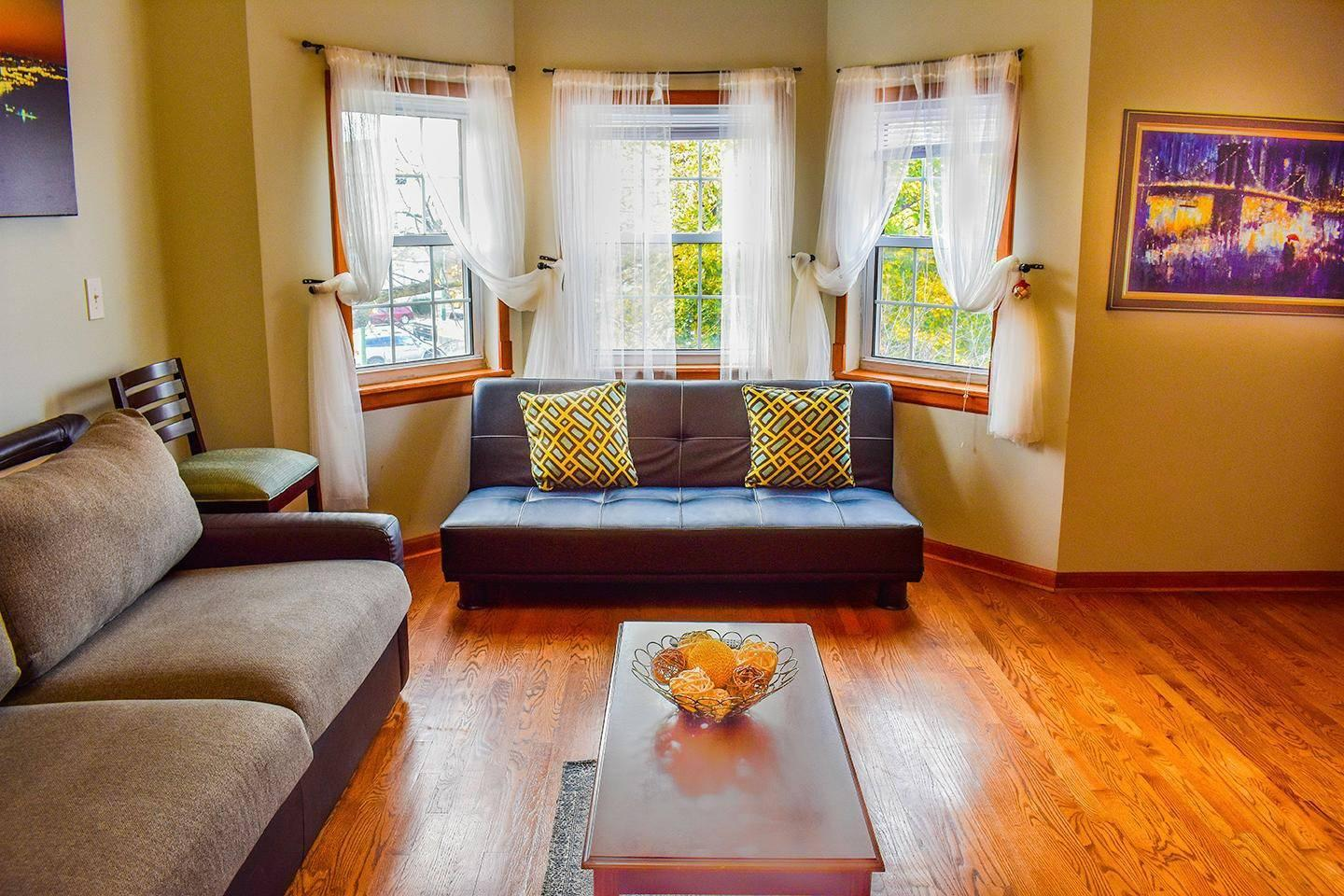 (#1 Reviewed) Stunning 2-Level Mini-Mansion w/ Patio and Free Parking.